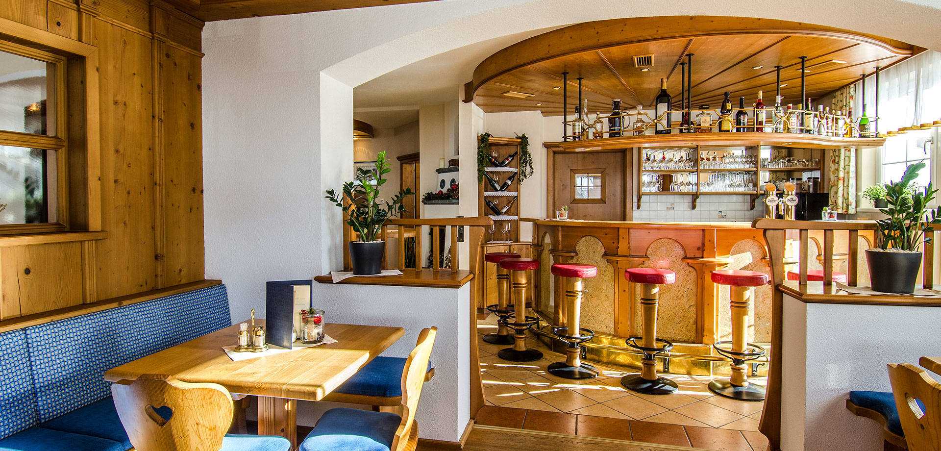 [Translate to English:] Tagesbar im 4-Sterne Hotel Daniel in Ischgl daytime bar Meeting Place Snack Bar